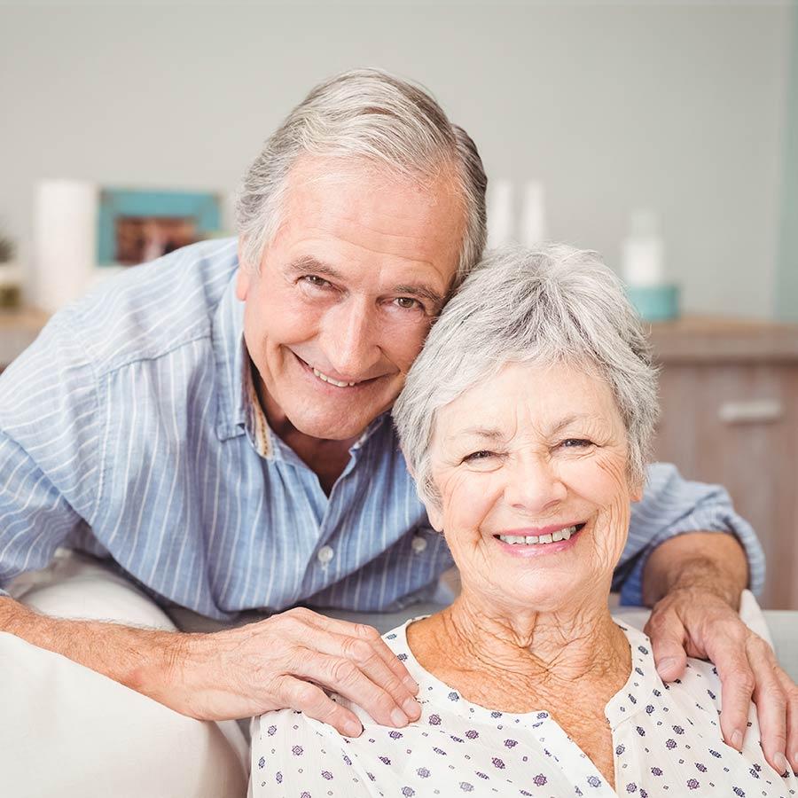 Couple vivant joyeusement grâce à l'aide à domicile sur Grenoble DOM'CARE