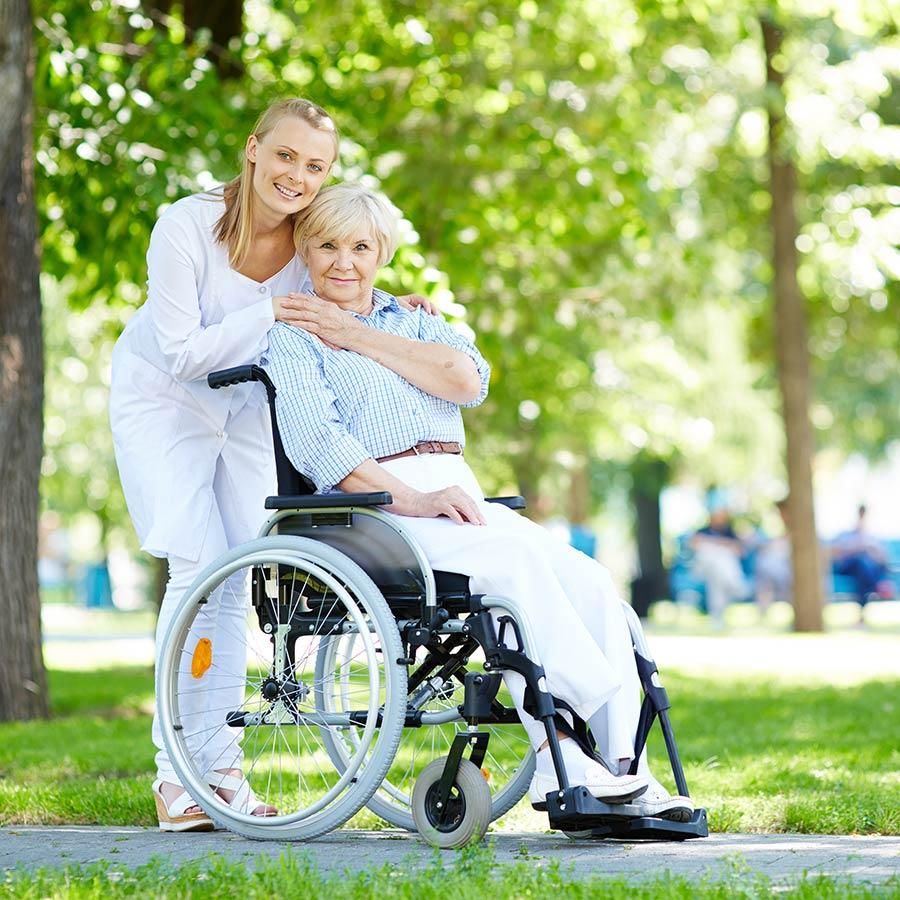 Femme handicapée et âgée profitant des partenaires DOMCARE service à la personne Grenoble
